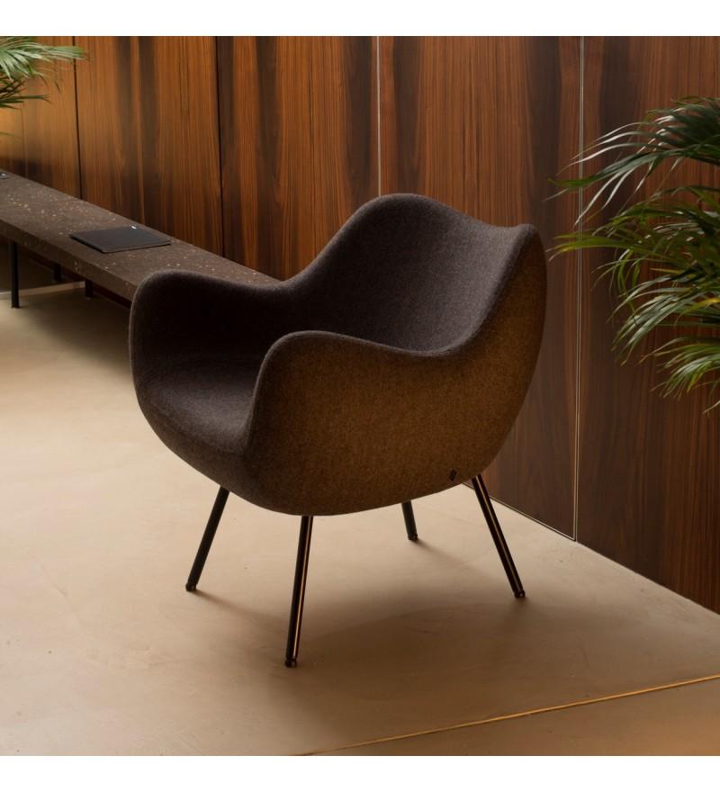 Fotel tapicerowany RM58 Soft H VZÓR - tkanina FAME, na nóżkach