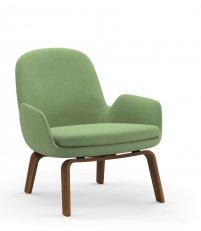 Fotel tapicerowany ERA LOUNGE CHAIR Normann Copenhagen - niski, nogi z orzecha włoskiego, różne kolory siedziska
