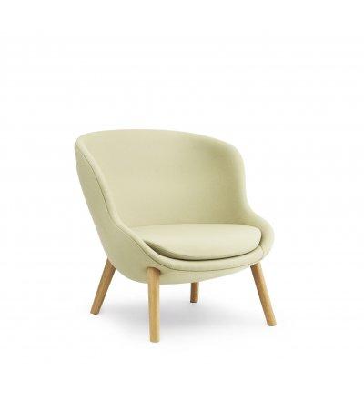 Fotel tapicerowany HYG LOUNGE CHAIR LOW Normann Copenhagen - różne kolory, z niskim oparciem, nogi z dębiny