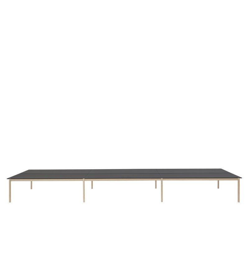 Stół biurowy Linear System Configuration Muuto - konfiguracja 3, czarny blat z nanolaminatu/ABS, dębowa podstawa