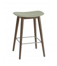 Hoker na drewnianej podstawie Fiber Counter Stool / Wood Base H: 65cm Muuto - bladozielony/ nogi ciemnobrązowe
