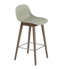 Hoker na drewnianej podstawie z oparciem Fiber Counter Stool w. backrest H: 65cm Muuto - bladozielony/ nogi ciemnobrązowe