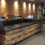 Stylowa lada czy bar nie musi być z robiony z egzotycznego drewna.