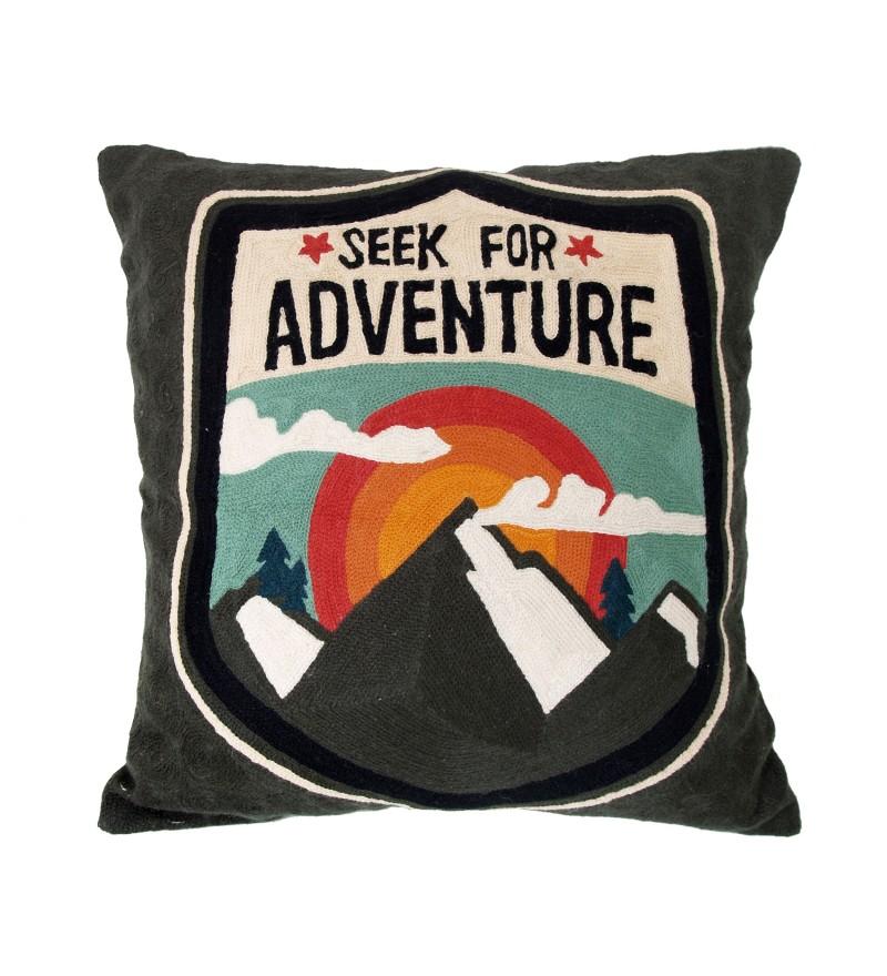 wyszywana-poduszka-adventure-storebror-50x50-cm