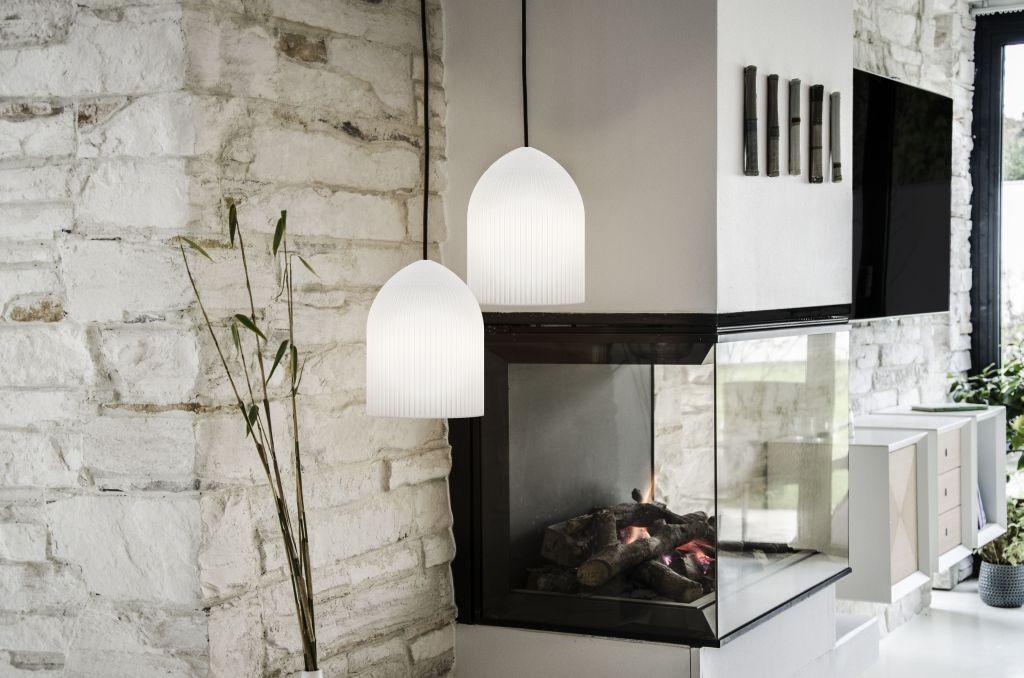Lampa Ripples Curve w aranżacji przy kominku, Pufa Design