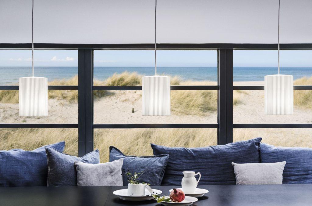 Lampa Ripples Cups w aranżacji z widokiem na morze, Pufa Design