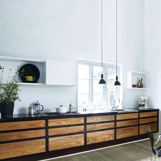 Lampy Mhy oświetlające bla roboczy w kuchni, Muuto, fot. Designbazaar.no
