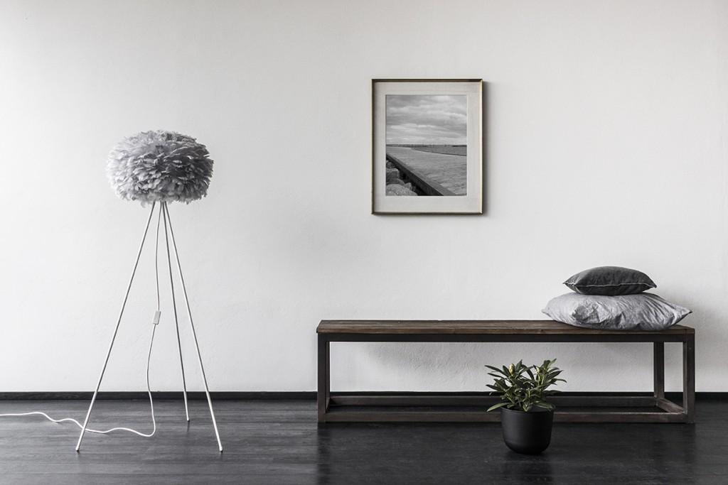 Pufadesign.pl_Eos_medium_light_grey_tripod_floor_white_gallery_environment