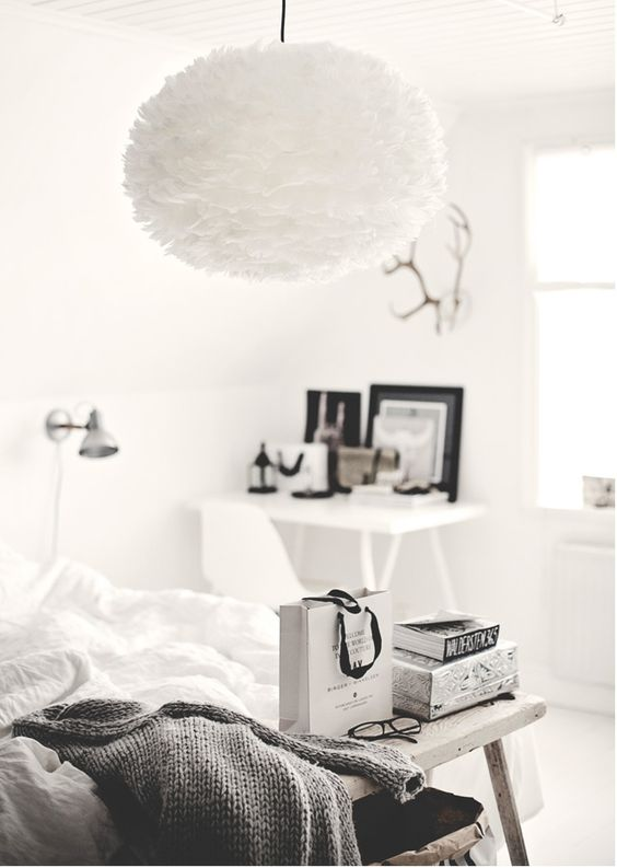 Lampa EOS w aranżacji sypialni. Patent na lekkość. fot.Bloglovin