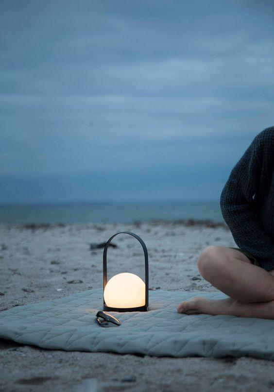 Wieczór na plaży można spędzić w piękny sposób jedząc kolację, pijąc wino, odpoczywając w blasku tlącej się lampie, fot.stylejuicer