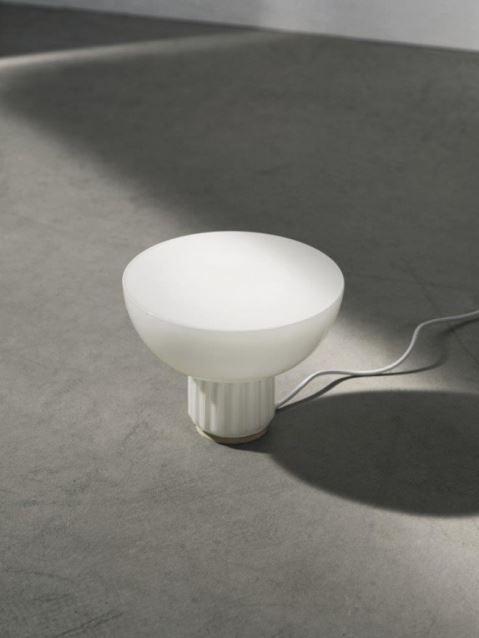 Projektant Sylvain Willenz stworzył stojący odpowiednik klasycznej lampy Standard, Pufa Design