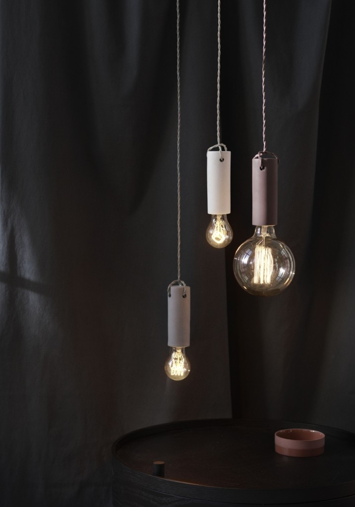 Dostępne są 4 softowe odcienie lampy Tied - jasnoszara, czarna, biała i beżowa - wszystkie razem współgrają tworząc ombre, Pufa Design
