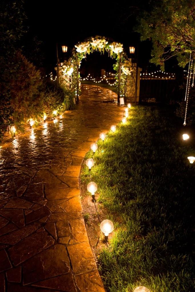 Ślub, wernisaż, garden party, efektowna ścieżka oświetlona żywym ogniem, fot. colincowieweddings