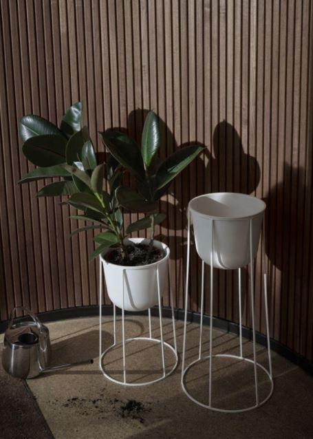Seria kwietników Wire w drewnianej aranżacji, Pufa Design