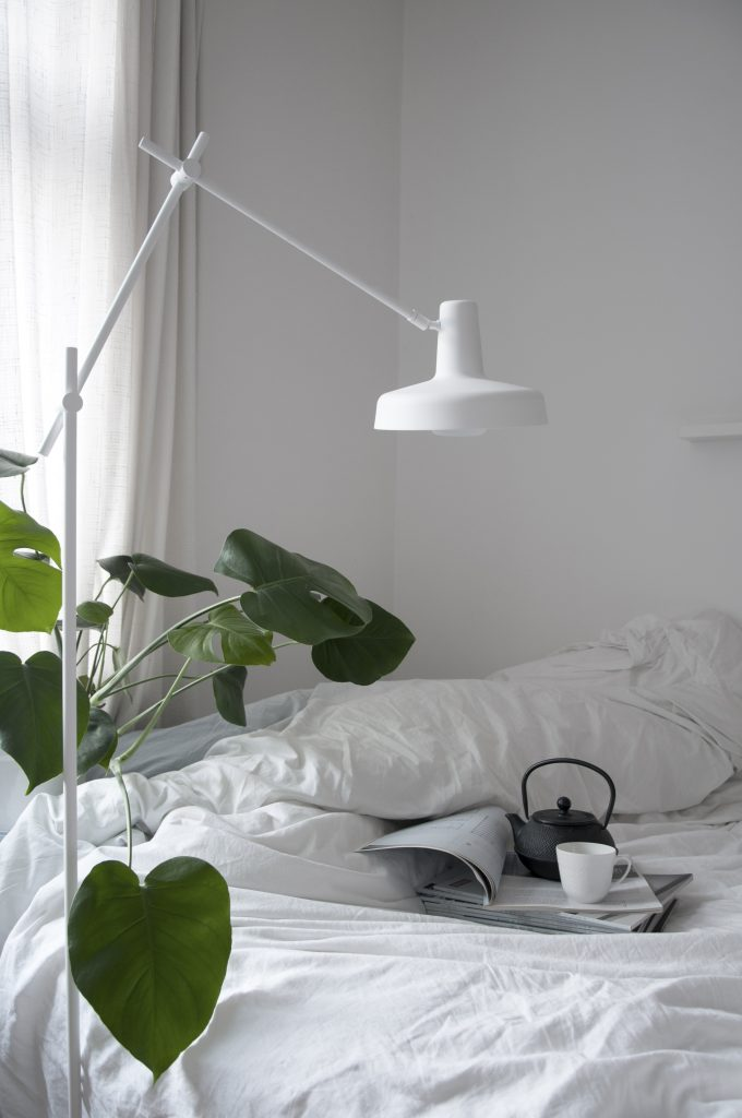 Lampa podłogowa Arigato white wykonana ręcznie z metalu, Grupa Products, Pufa Design