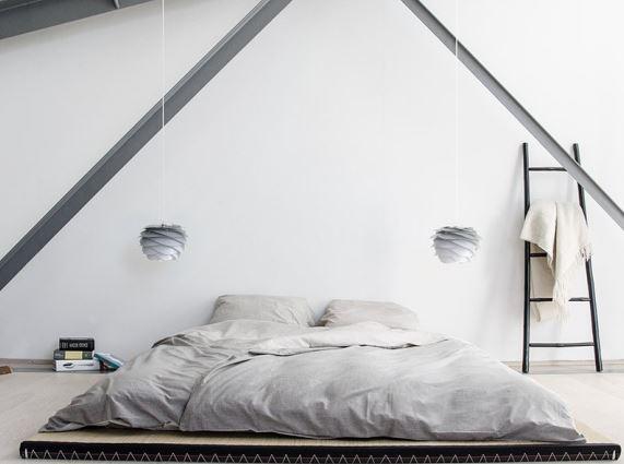 Lampa Carmina Mini Gradient Misty Grey do samodzielnego złożenia. Do abażura można dobrać zawieszenie, podstawę Tripod Table i Tripod, która spełani funkcję lampy podłogowej, VITA Coepnehagen, Pufa Design