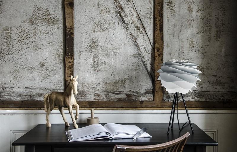 Abażur Carmina mini może być zastosowany również jako lampa stojąca, Pufa Design
