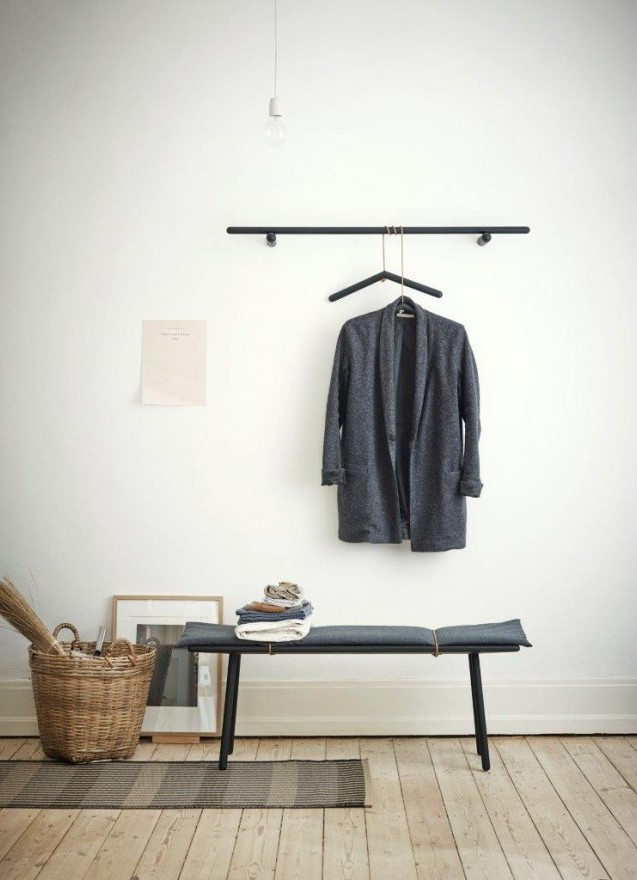 Wieszak do ubrań, wieszak ścienny oraz ławka dębowa Georg Skagerak w kolorze czarnym, Pufa Design