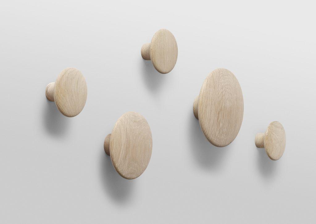 Kto nie zna uroczych wieszaków Dots, Muuto? Wersja drewniana jest jeszcze bardziej ciepła i miła, Pufa Design
