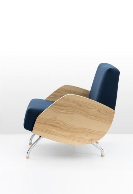 Moc drewna w fotelu R-360, proj. Janusz Różański, Politura, Pufa Design