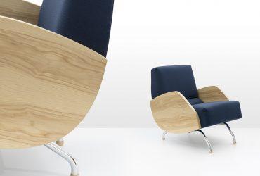 Fotel dostępny jest również drewnianymi podłokietnikami wykonanymi z płyty fornirowanej twardzielą jesionową o pięknym usłojeniu, Pufa Design