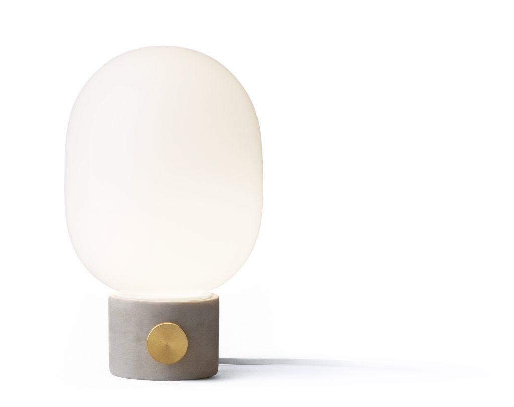 Lampa stojąca JWDA, do wyboru cztery podstawy z jasnego i ciemnoszarego betonu, szczotkowanej stali i mosiądzu, Menu, Pufa Design