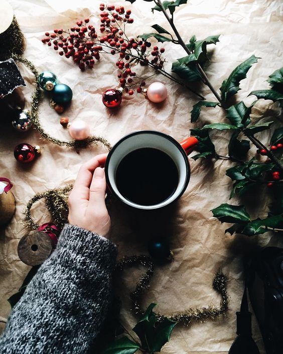 Kawka z korzeniami w klimacie świątecznym