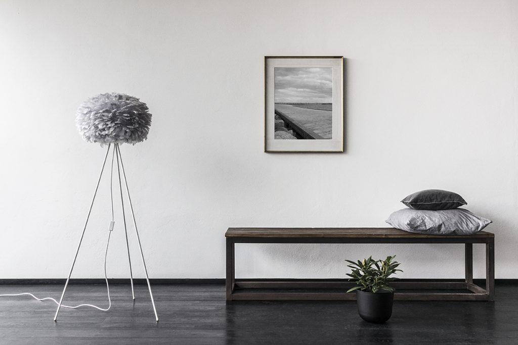 2085_eos_medium_light_grey_tripod_floor_white_gallery_environment