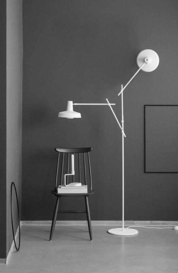 Arigato jest malowana proszkowo na kolor matowej czerni lub bieli, Grupa Products, Pufa Design