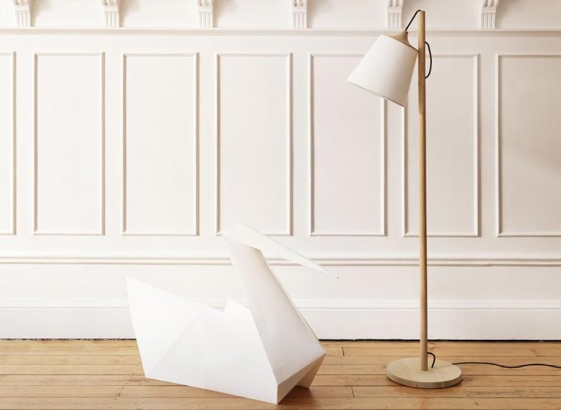 Klosz lampy Pull wykończono elementami jesionowego drewna, Muuto, Pufa Design