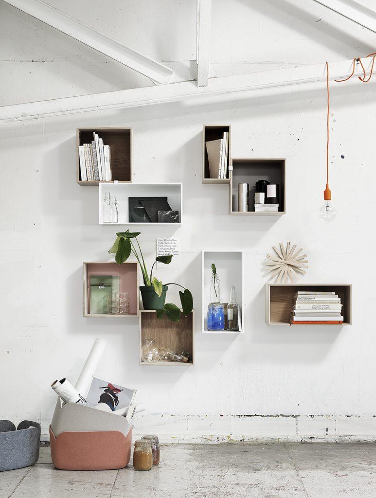 Aranżacja ściany, układ stworzony z samodzielnych modułów systemu Stacked, Pufa Design