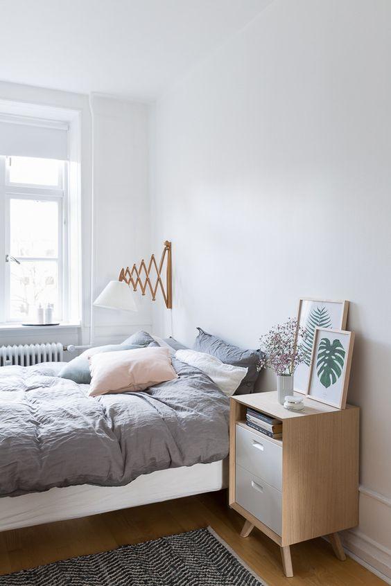 Kinkiet w sypialni w jasnej odsłonie z pomysłowym rozwiązaniem, inspiracja fot. cupofjo