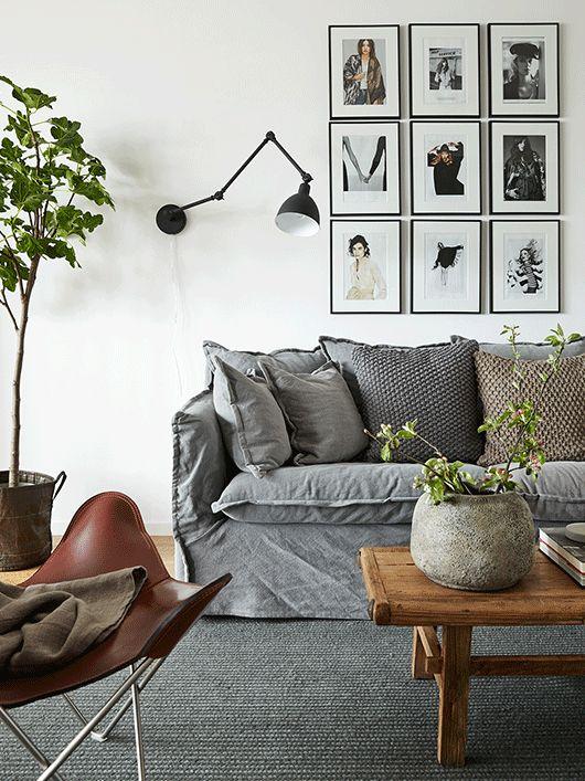 Fot. trendenser, pomysł na aranżacje kinkietu Arigato w salonie przy kanapie.