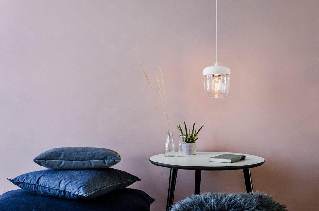 Acorn White w aranżacji nad stolikiem kawowym, Pufa Design