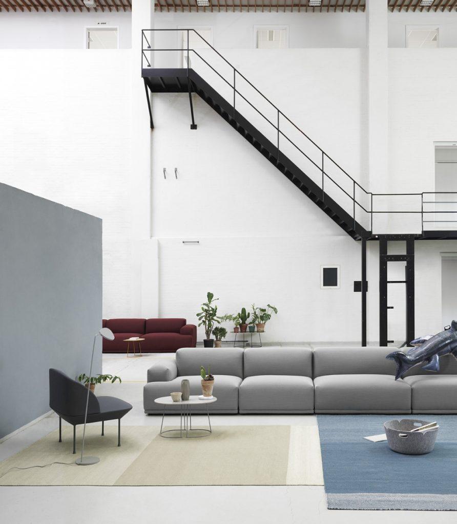 Niejedno ma imię. Sofa modułowa Connect w aranżacji industrialnej, Muuto, Pufa Design