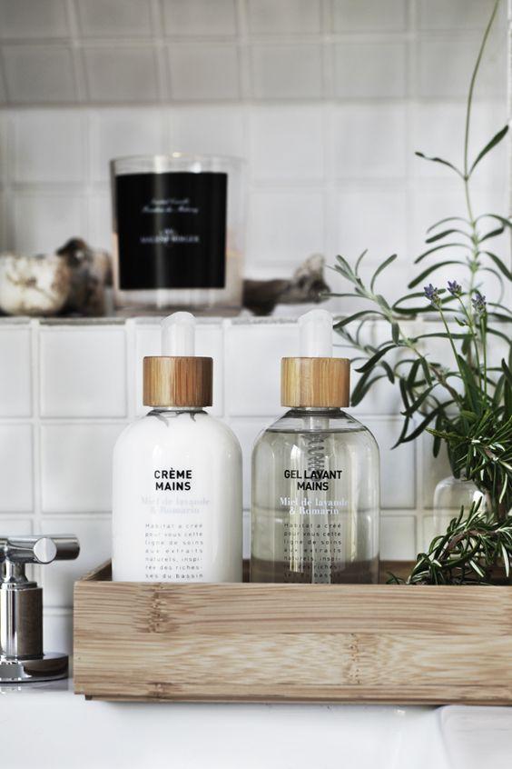 Klimatycznie z elementem zieleni, inspiracja na aranżacje tacy w łazience, fot. sheerluxe