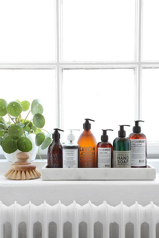Porządek w łazience, może być dziełem sztuki, taca pomaga uporządkować drobiazgi, inspiracja fot. trendenser