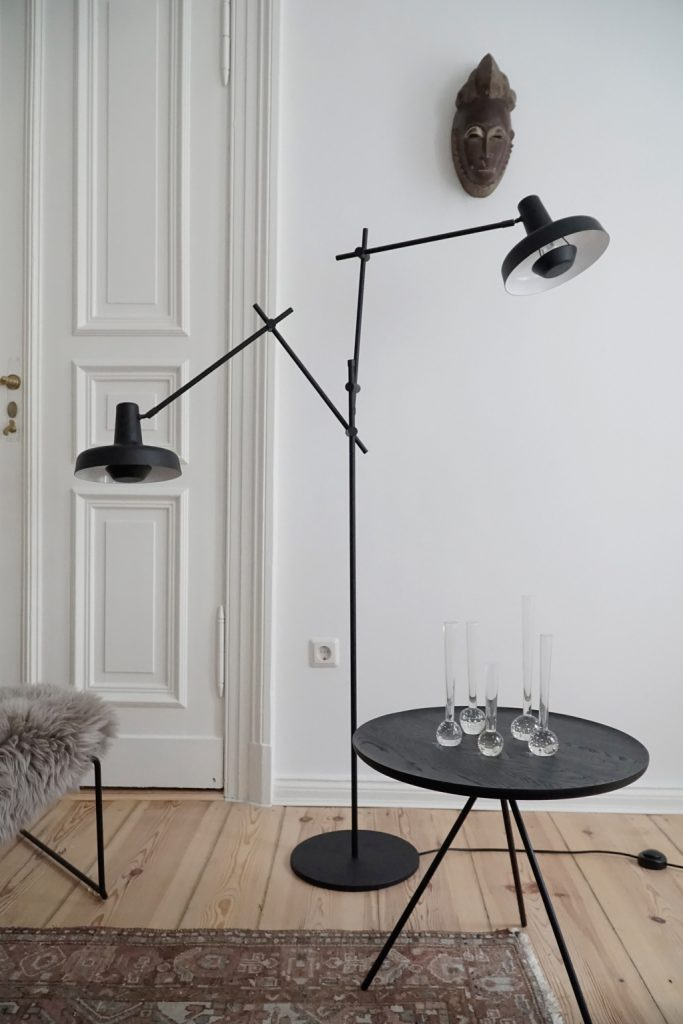 W salonie, lampa podłogowa Arigato, Grupa Products, Pufa Design