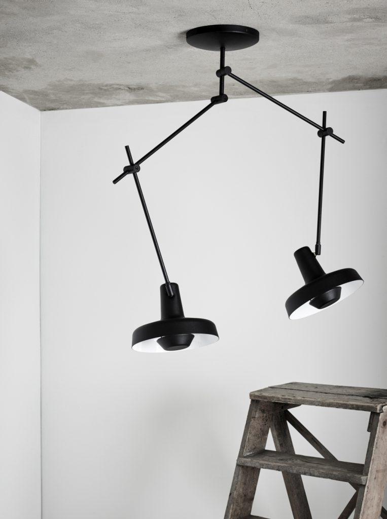 Podwójna lampa sufitowa Arigato, dzięki ruchomym przegubom można dowolnie ustawiać kierunki światła, Grupa Products, Pufa Design