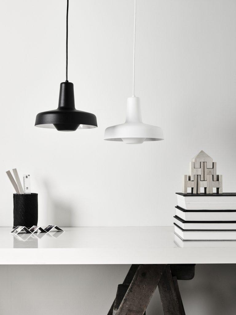 Biała i czarna wersja wiszącej lampy Arigato, Grupa, Pufa Design