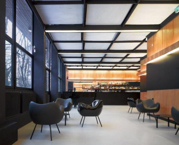 W aranżacji, między fotelami RM58, międzynarodowy szyk i klasa, Vzór, Pufa Design