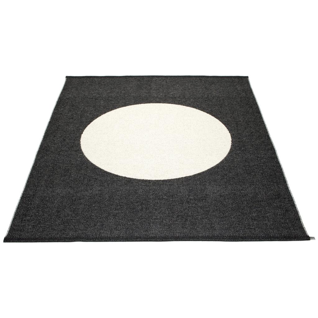 Dywan Vera One Black 180x230 cm, tkany w Szwecji z barwnej wstążki, co daje unikatowy efakt, bardzo funkcjonalny, Pappelina, Pufa Design