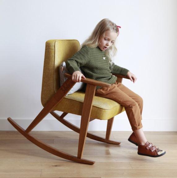 Fotel bujany drewniany Junior 366 Concept, dopasowany do dziecięcych rozmiarów, różne odcienie obicia, Pufa Design