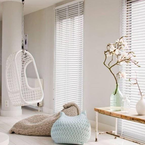 Rattanowy fotel wiszący HK Living biały w salonie, Pufa Design