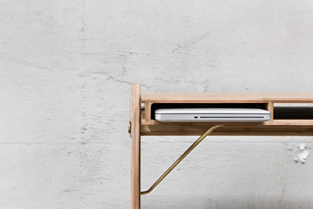 Biurko z półkami do przechowywania, We Do Wo Wood, Pufa Design