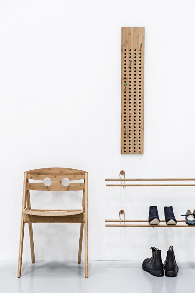 Półki na buty w lekki sposób zarządzą bałaganem przy drzwiach wejściowych, We Do Wood, Pufa Design