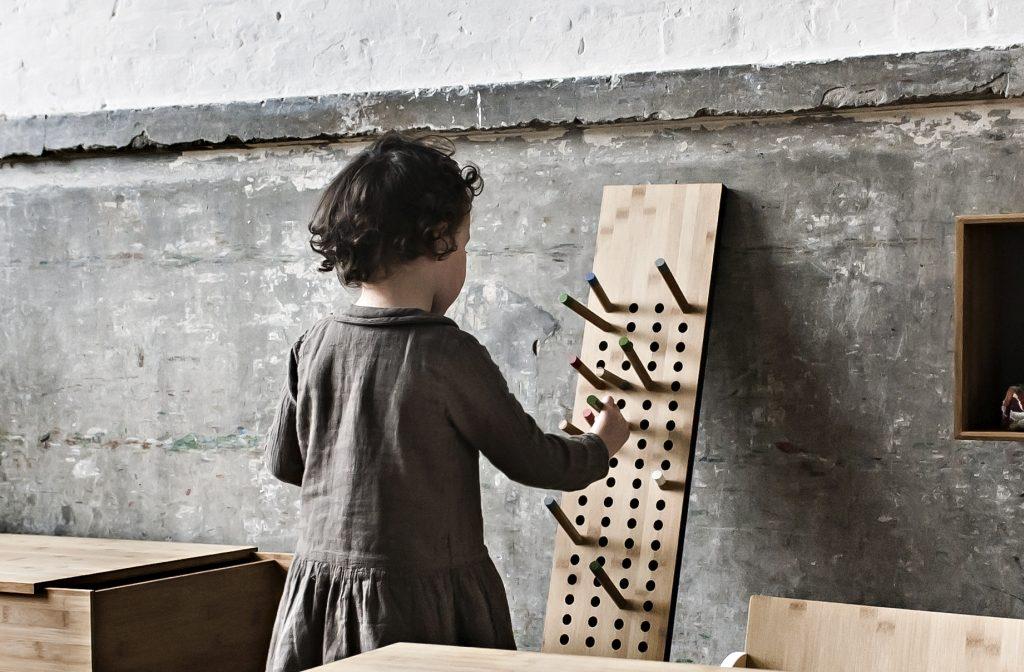 Wieszak Scpreboard również ma zastosowanie w dziecięcym pokoju, We Do Wood, Pufa Design