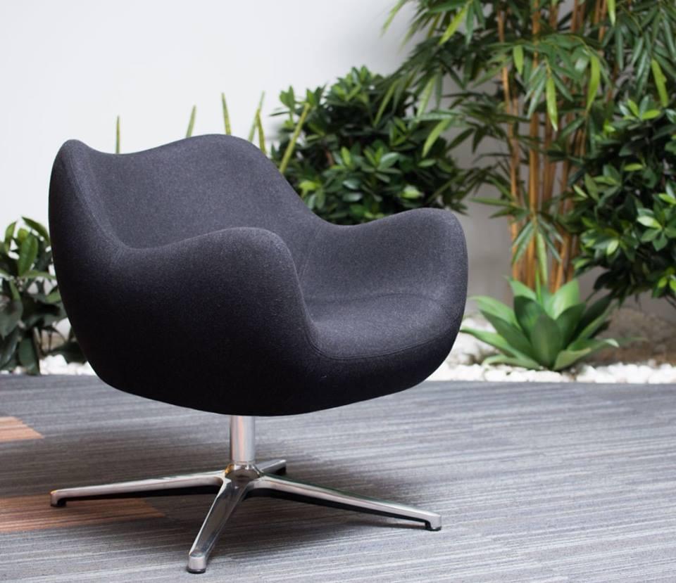 Fotel RM58 zaprojektowany w latach 50. przez Prof. Romana Modzelewskiego, Vzór, Pufa Design