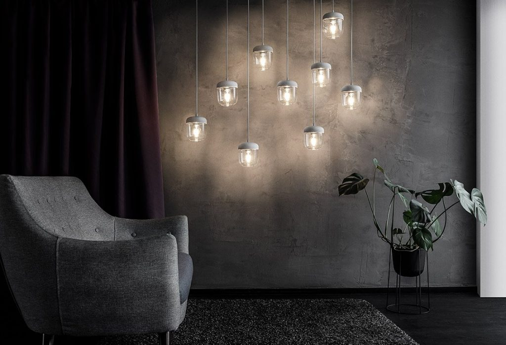 Klimatyczne wnętrze z lampami Acorn, Vita Copenhagen, Pufa Design