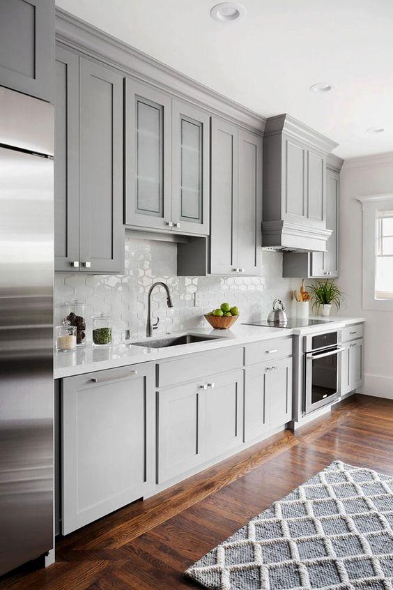 W tej kuchni zamontowano mocne oświetlenie, lampy wmontowane w sufit są dość duże, fot. Pinterest